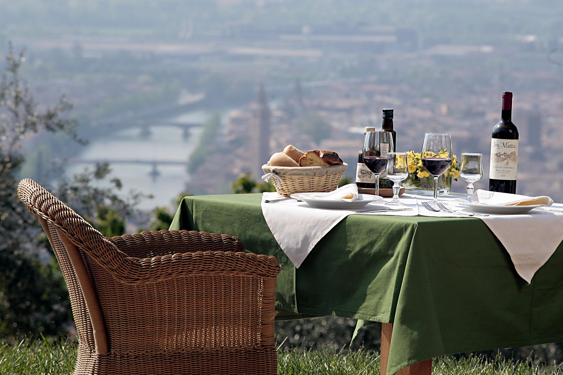 Utsikt-med-dukat-bord